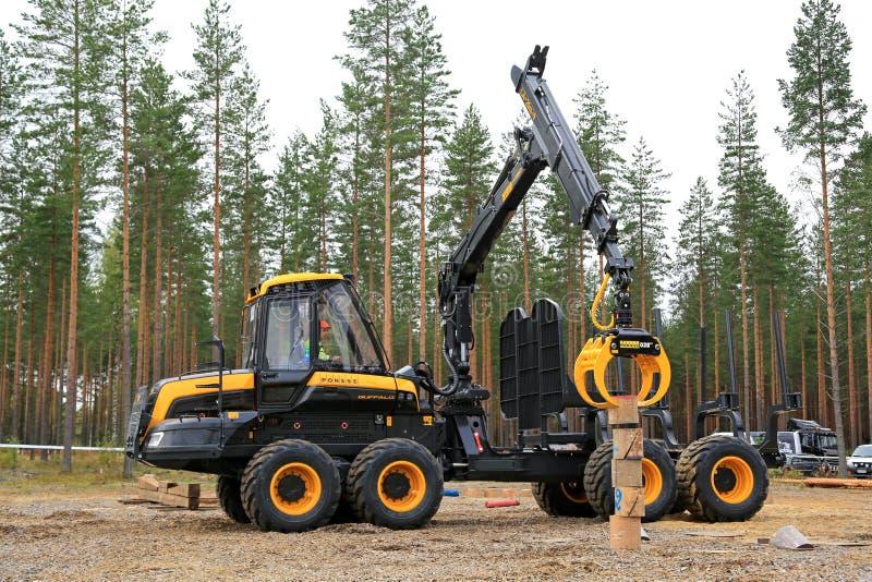 Финалист в конкуренции оператора машины леса стоковое изображение rf
