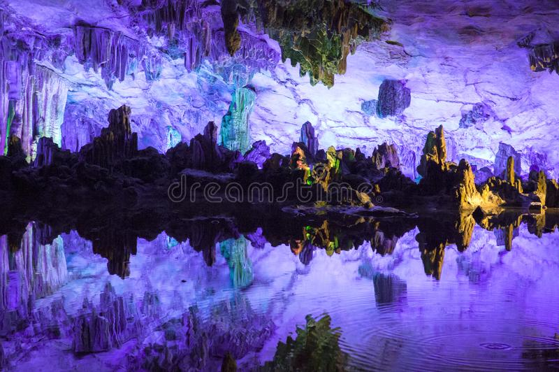 Фиолетовая атмосфера в пещере dripstone, пещере каннелюры Reed, Guilin Китае стоковая фотография rf