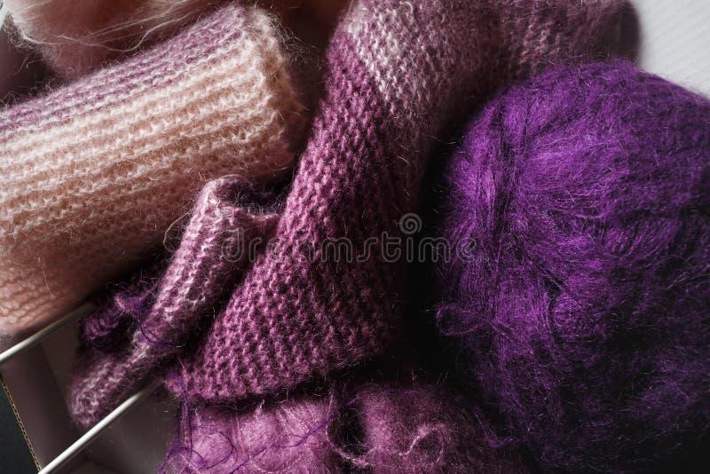 Фиолетовая и розовая пряжа стоковые фотографии rf