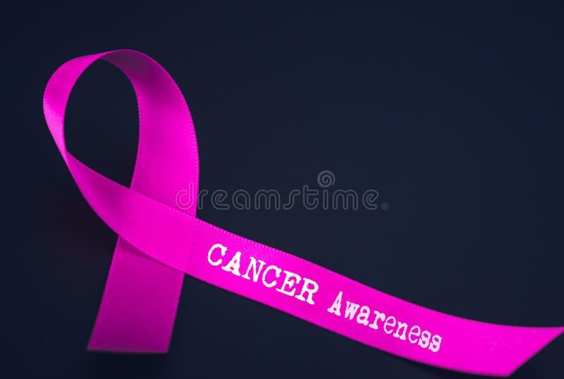 Фиолетовая осведомленность ленты на черной предпосылке стоковые фотографии rf