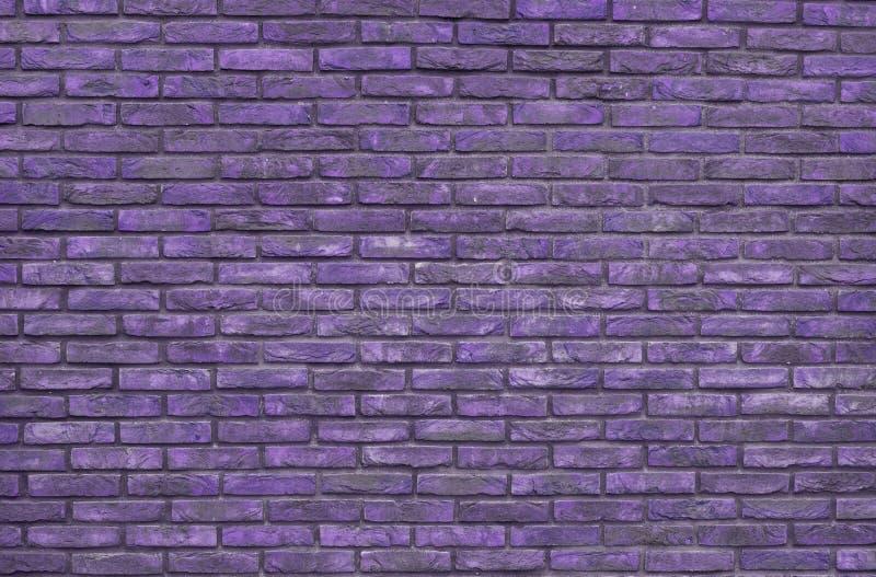 Фиолетовая предпосылка кирпичной стены, обои Фиолетовые кирпичи картина, текстура стоковая фотография