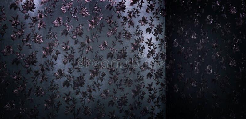 Фиолетовая ткань сатинировки с традиционными напечатанными цветками стоковые фотографии rf