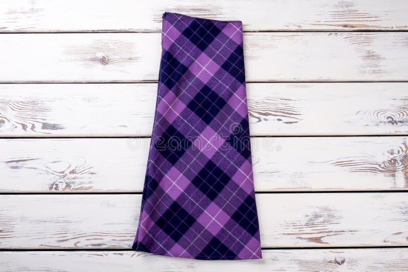 Фиолетовая checkered юбка стоковые изображения rf
