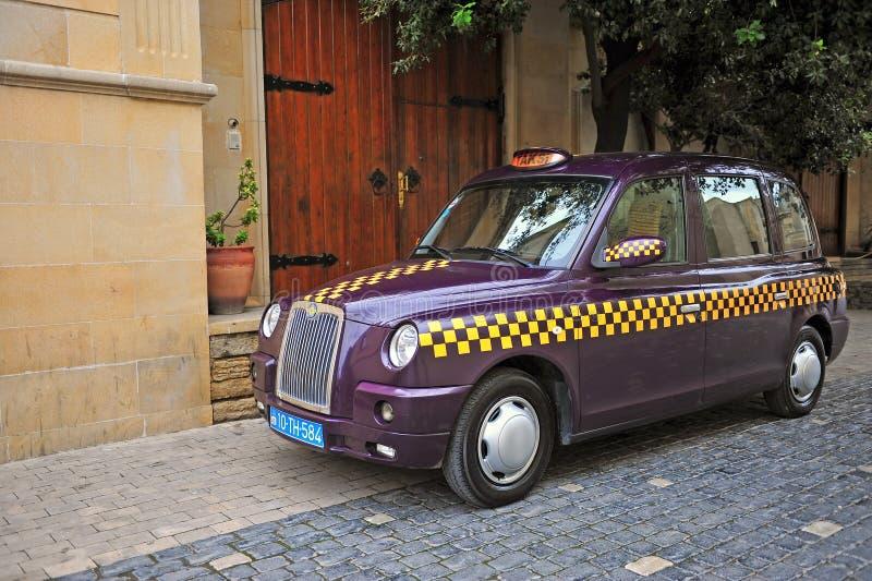 Фиолетовое такси в улице Баку стоковое фото