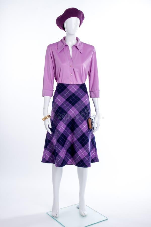 Фиолетовые берет, блузка и юбка на манекене стоковая фотография rf