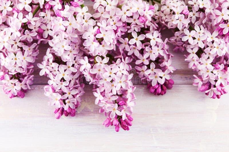 Фиолетовые цветки сирени на деревянном столе стоковое фото
