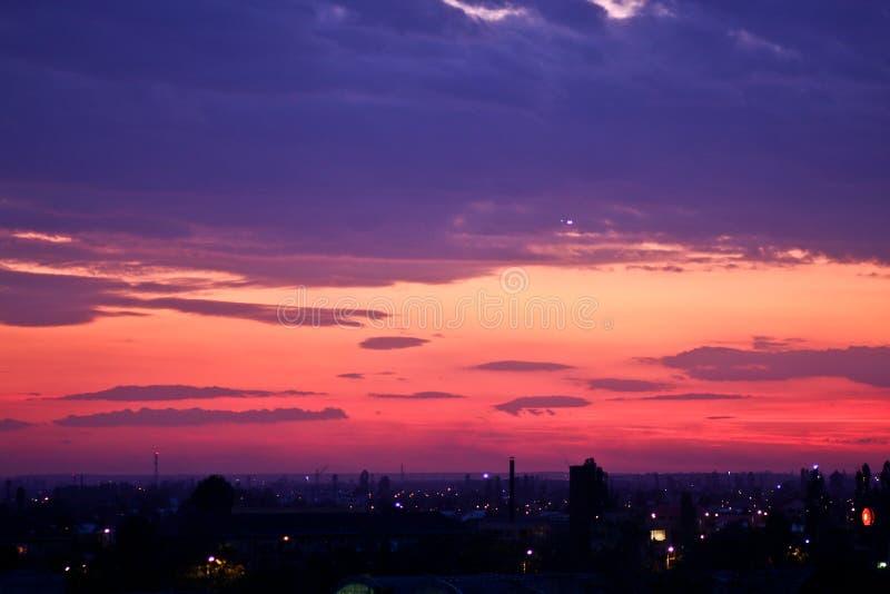 Фиолетовый заход солнца над городом Бухареста стоковое изображение rf