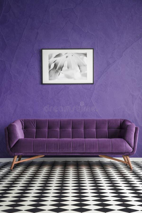 Фиолетовый интерьер живущей комнаты стоковые фото