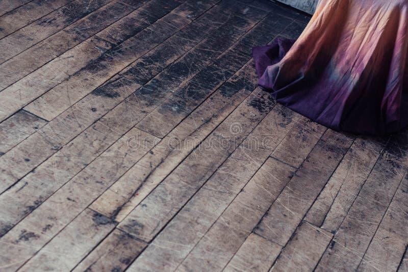 Фиолетовый мир платья на поле стоковая фотография