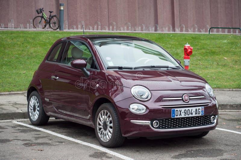 Фиолетовый Фиат 500 - известный итальянский автомобиль припарковал в улице стоковая фотография rf
