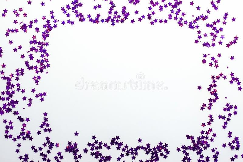 Фиолетовый яркий блеск играет главные роли белая предпосылка с космосом экземпляра стоковая фотография