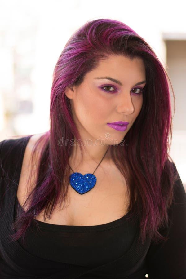 Фиолетовая девушка кавказца волос стоковое фото rf