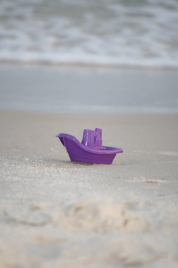 Фиолетовая шлюпка стоковая фотография rf