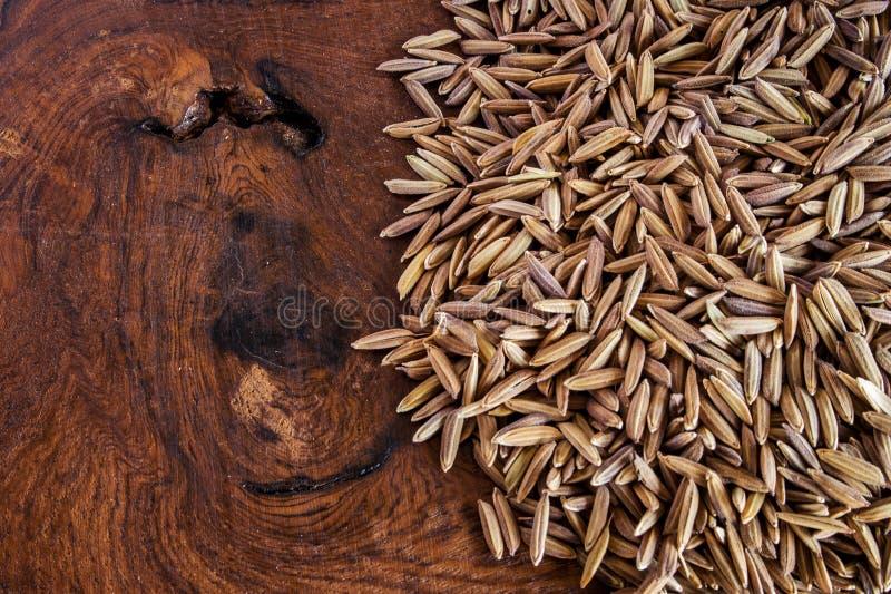 Фиолетовое семя риса на древесине стоковое изображение rf