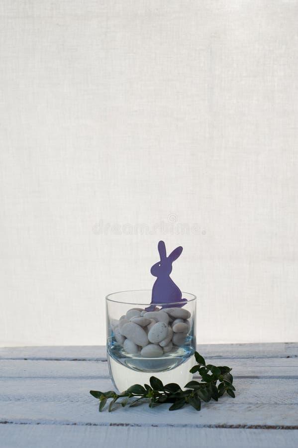 Фиолетовые зайцы пасхи стоковое изображение