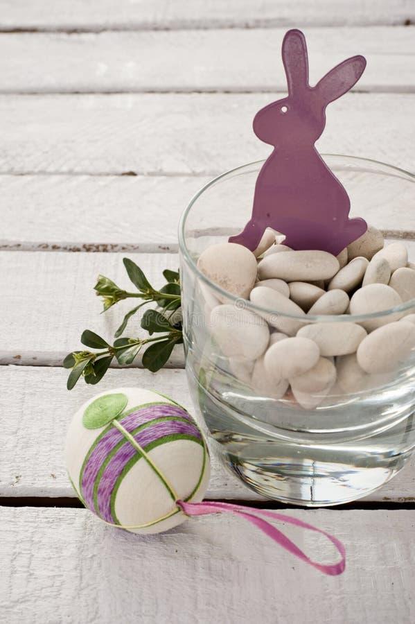 Фиолетовые зайцы пасхи стоковая фотография