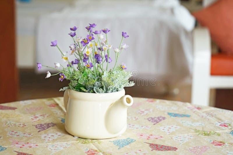 Фиолетовые и белые искусственные цветки стоковое изображение