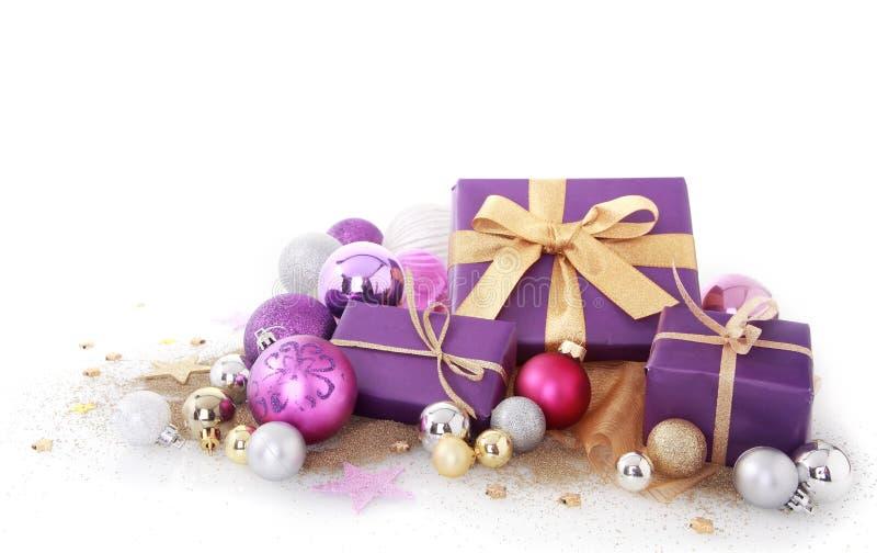Фиолетовые подарки с сортированными шариками рождества размера стоковое фото