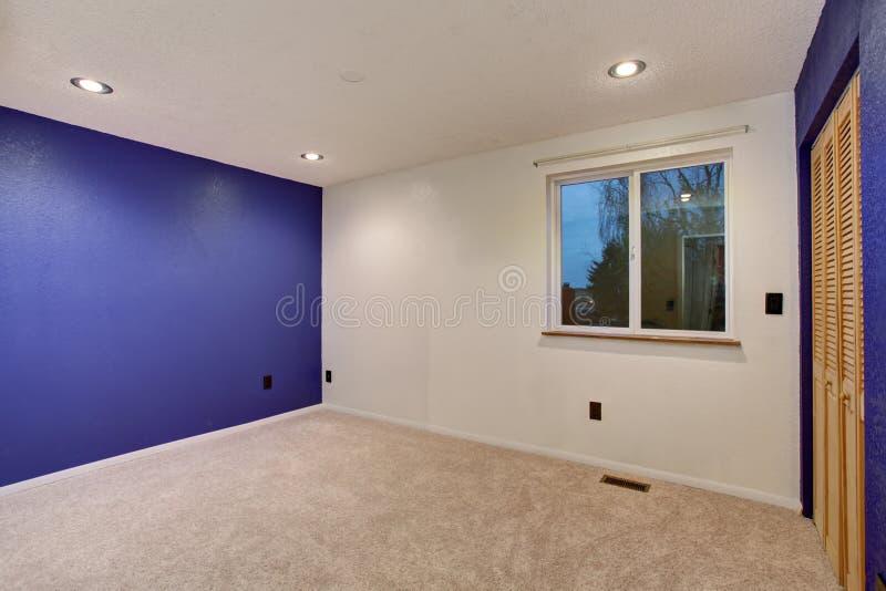 Фиолетовые стены в пустом интерьере спальни стоковая фотография