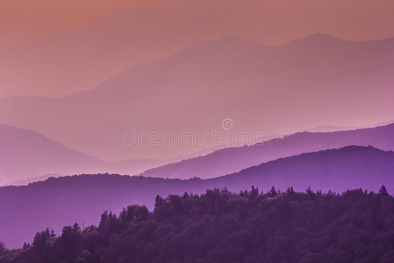 Фиолетовые тоны больших закоптелых гор стоковое фото