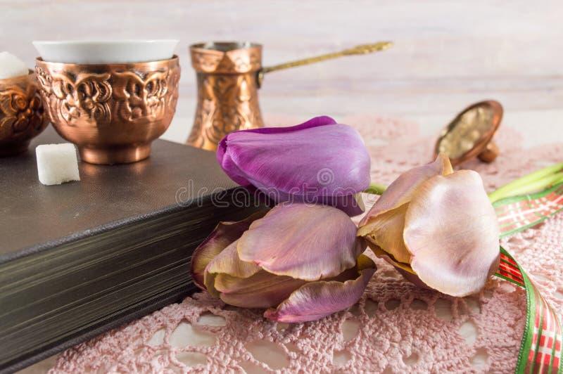 Фиолетовые тюльпаны и книга стоковое фото rf