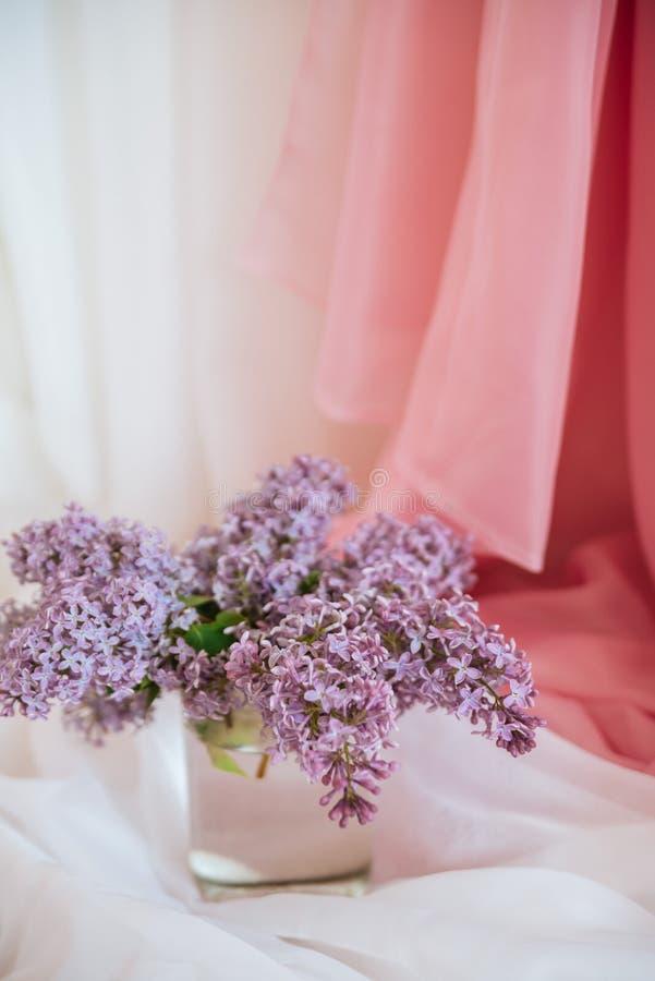 Фиолетовые цветки сирени в стеклянном опарнике стоковые изображения rf