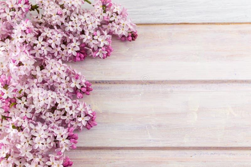 Фиолетовые цветки сирени на деревянном столе стоковая фотография rf