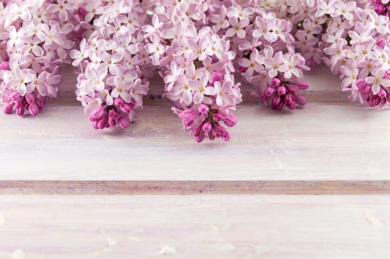 Фиолетовые цветки сирени на деревянном столе стоковое фото rf