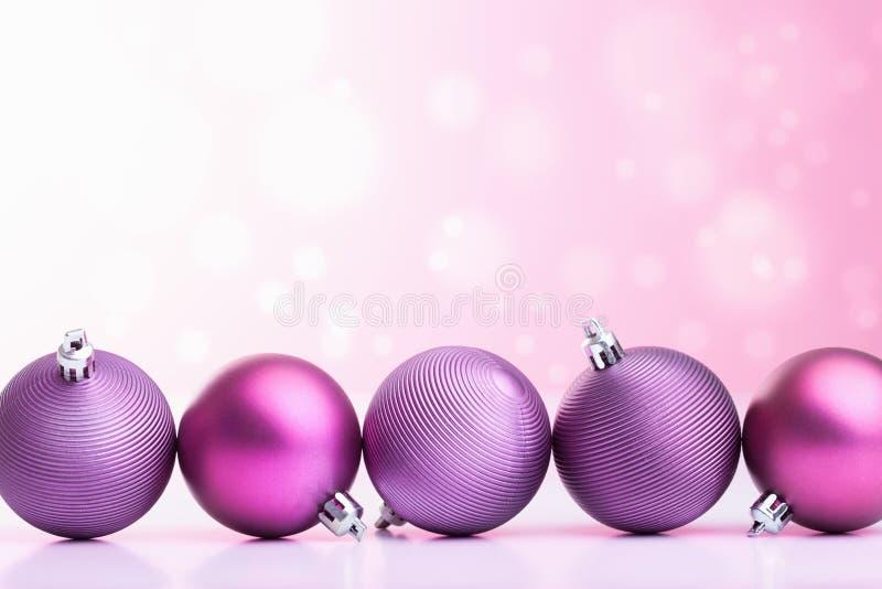 Фиолетовые шарики рождества над запачканной предпосылкой стоковые фото
