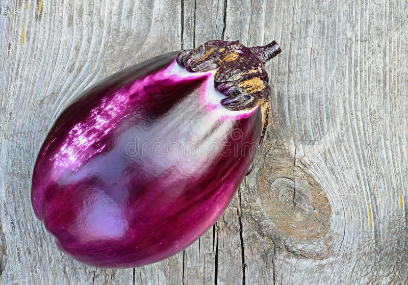 Фиолетовый баклажан на старом деревянном столе стоковое изображение rf