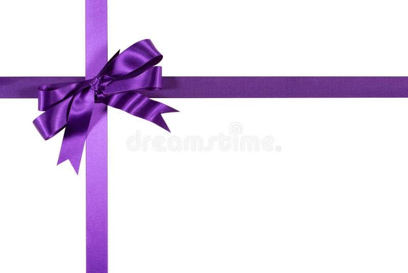Фиолетовый смычок ленты подарка изолированный на белой предпосылке стоковое фото rf