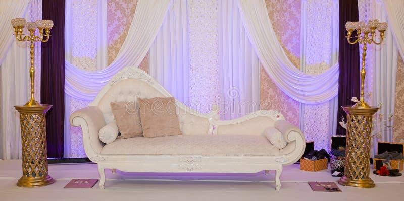 Фиолетовый этап свадьбы стоковые изображения