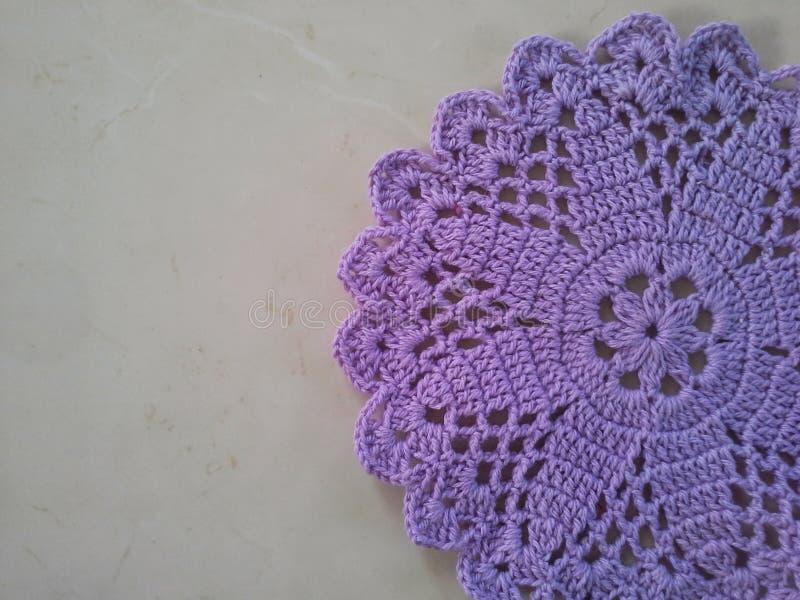 Фиолетовый doily вязания крючком стоковое изображение rf