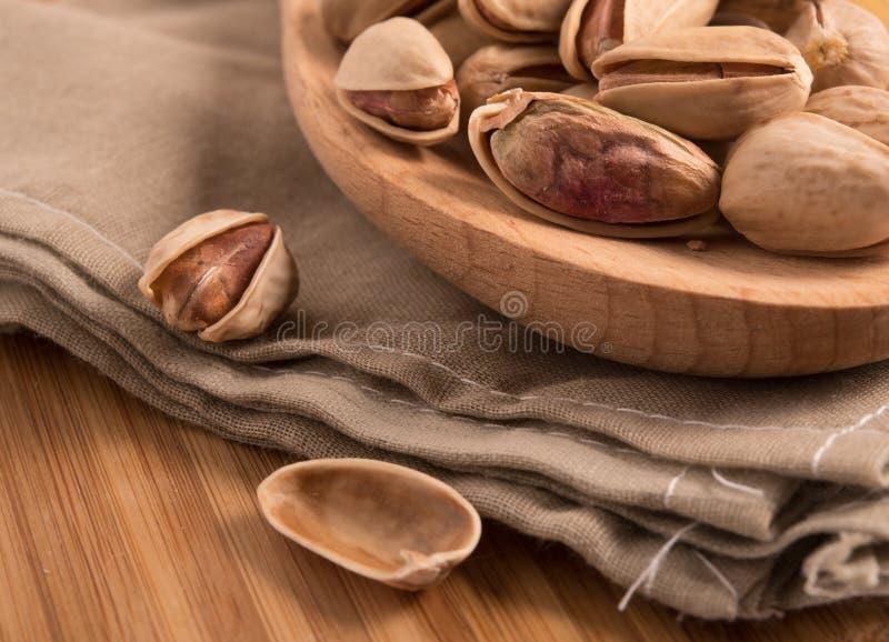 Фисташки на деревянной ложке стоковые фото