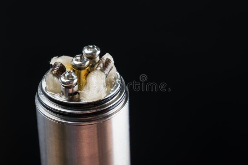 Фитиль, часть электронной сигареты, концепция на черной предпосылке стоковые изображения rf