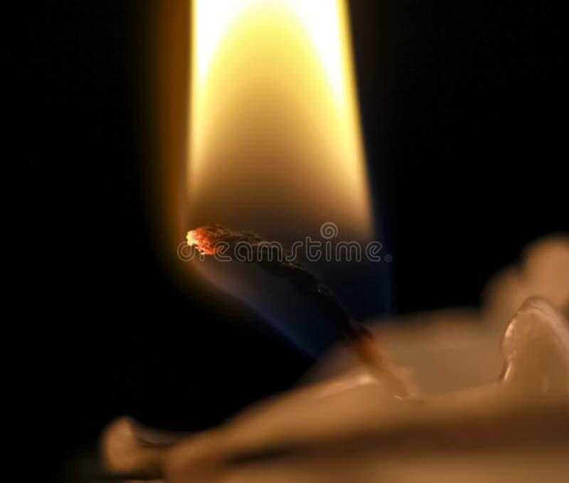 Фитиль горящей свечи стоковые фото