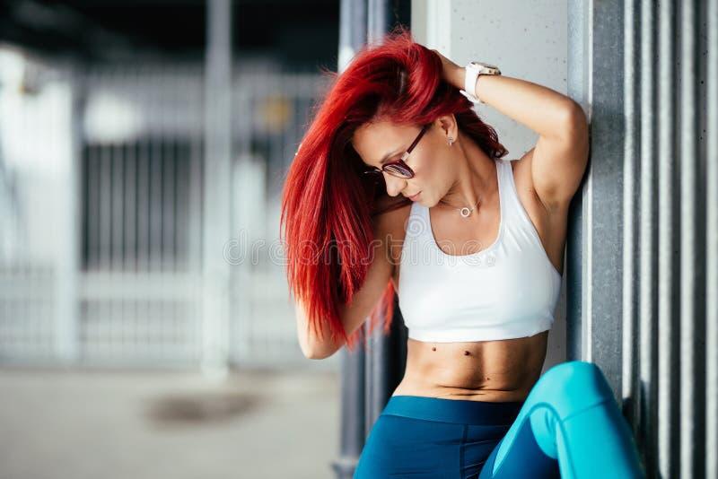 Фитнес-девушка показывает abs во время тренировок и тренировок стоковые изображения rf