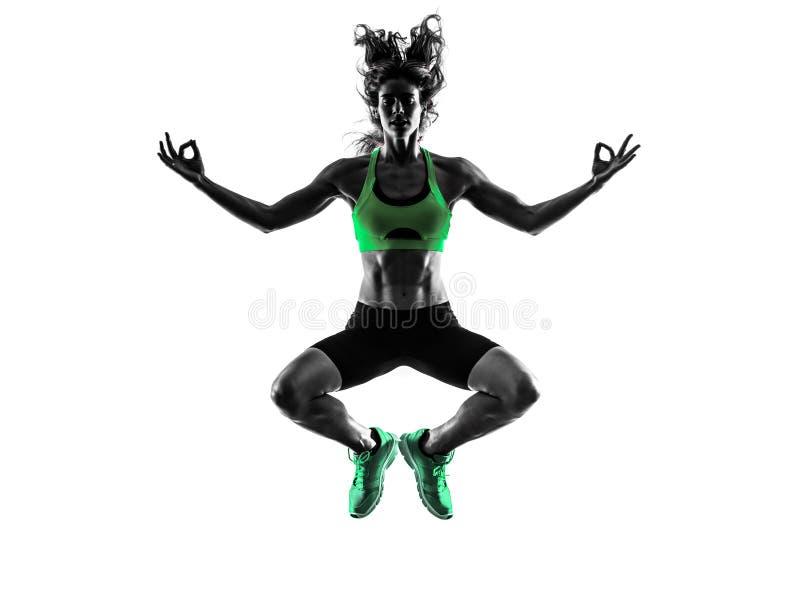 Фитнес женщины скача спокойное Дзэн работает силуэт стоковое изображение