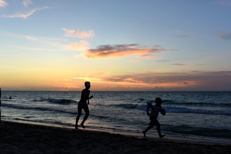 Фитнес захода солнца идущий стоковая фотография rf