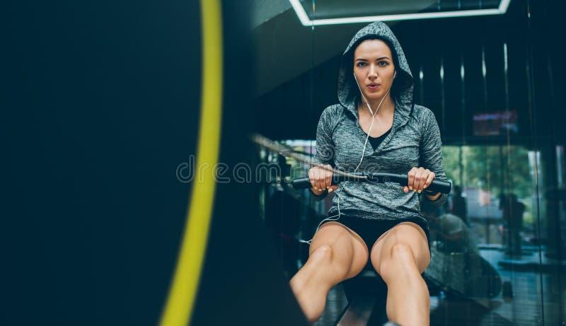 Фитнес, культуризм, люди, здоровый образ жизни и концепция спорта Красивая подходящая женщина брюнета делает тренировки для ног в стоковые фотографии rf