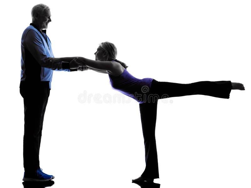 Фитнес пар старший работает силуэт стоковое изображение rf