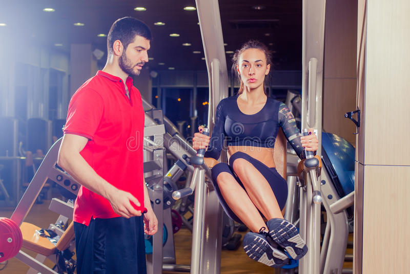 Фитнес, спорт, тренировка и концепция людей - личная женщина порции тренера работая с подбрюшными мышцами отжимает на стоковые фотографии rf