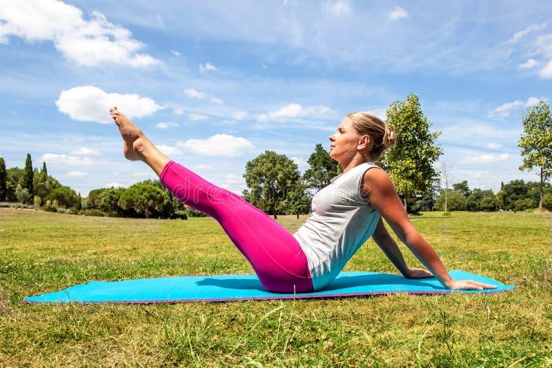 Фитнес для молодой женщины разрабатывая для того чтобы держать подходящее снаружи стоковое изображение