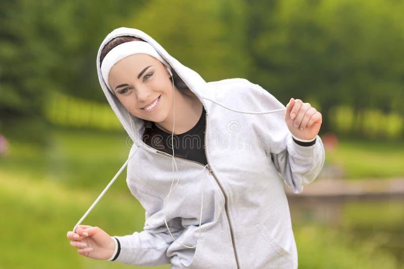 Фитнес Cincept: Молодая кавказская женщина фитнеса ослабляя во время h стоковое изображение