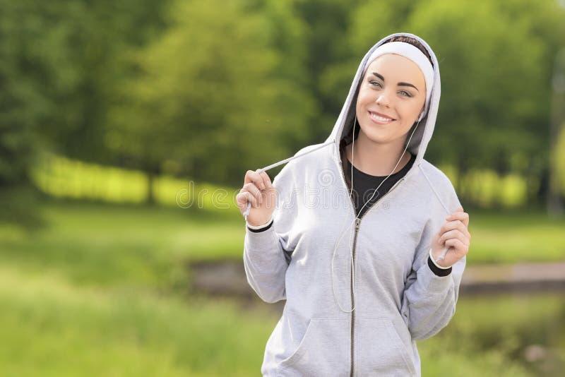 Фитнес Cincept: Молодая кавказская женщина фитнеса ослабляя во время h стоковое изображение rf