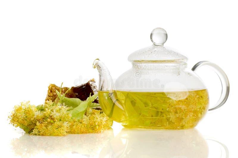 Фитотерапия, чай с цветком липы и мед стоковое фото rf