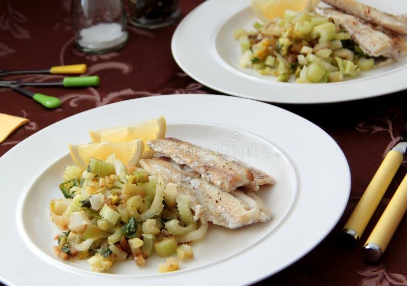 Филе рыб трески с зажаренными овощами - bok choy, сельдереем и фенхелем стоковая фотография