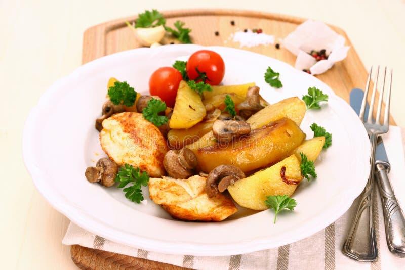 Филе цыпленка, гриб и картошки розмаринового масла стоковое фото rf