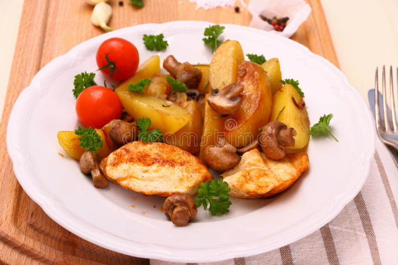 Филе цыпленка, гриб, картошки розмаринового масла стоковое изображение rf