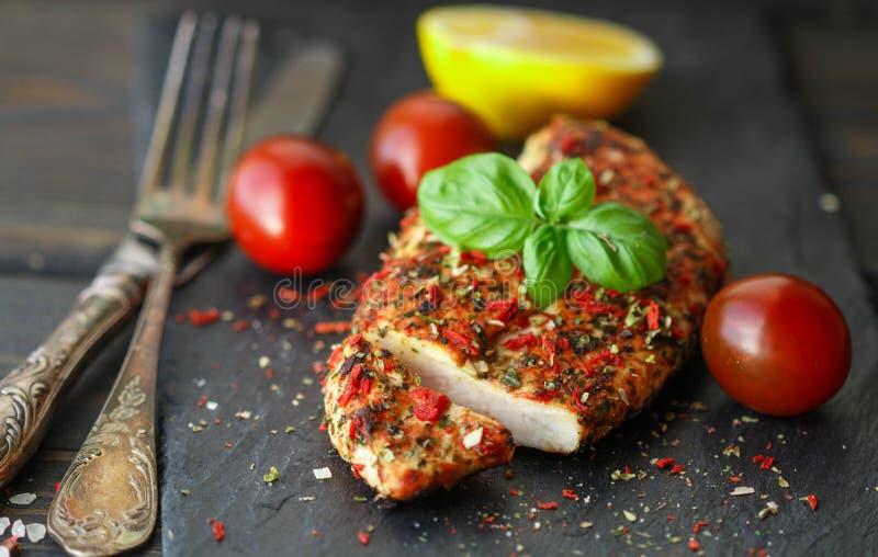 Филе цыпленка с томатом и базилик на черной плите стоковые изображения